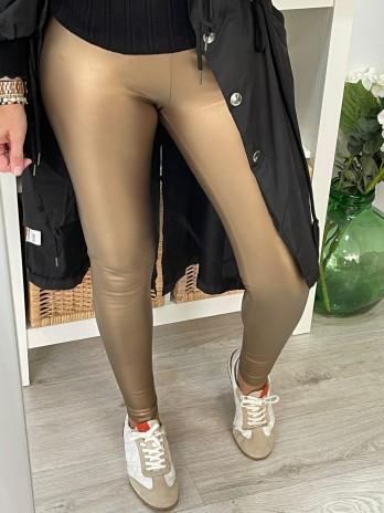 Pantalón polipiel en bronce.